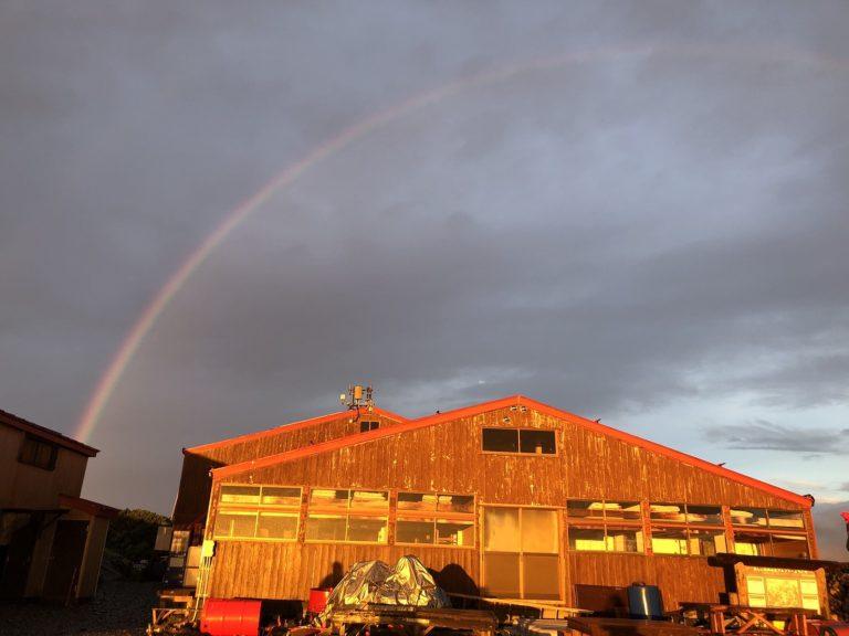 雨上がりに虹がかかりました