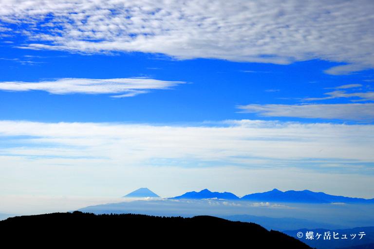 早朝の富士山、南アルプスを望む