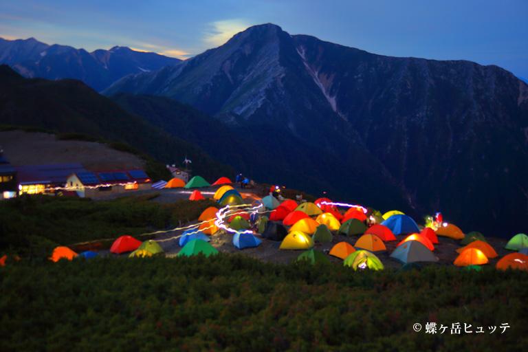 夜空に映えるテント場